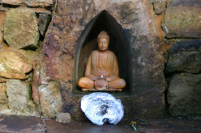 Photo of Buddha shrine by Mukti